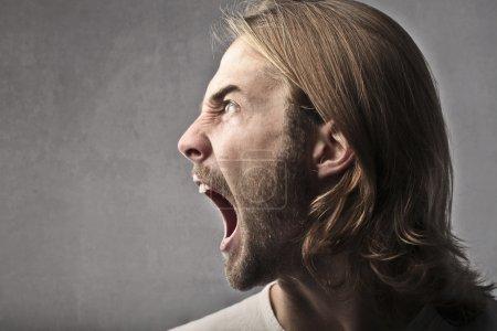 Photo pour Profil d'un homme en colère criant - image libre de droit