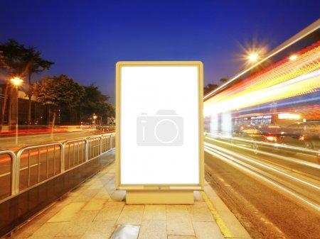 Photo pour Panneau d'affichage vide sur le trottoir dans la nuit - image libre de droit