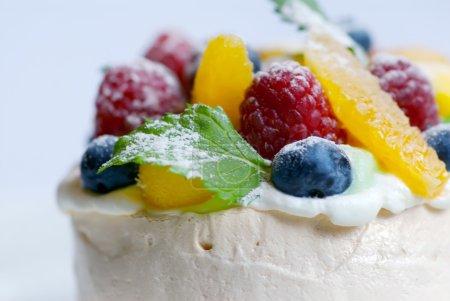 Photo pour Image de merangue garnie de fruits mélangés - image libre de droit