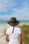 Atraktivní žena stojící na pláži