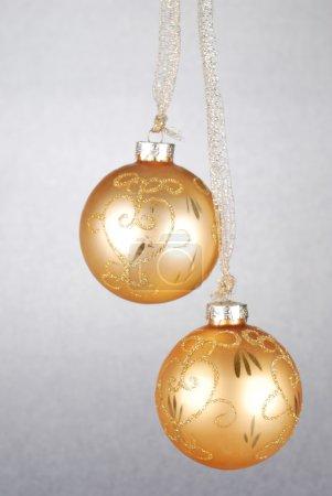 Photo pour Deux boules de Noël jaunes. symboles de Noël - image libre de droit