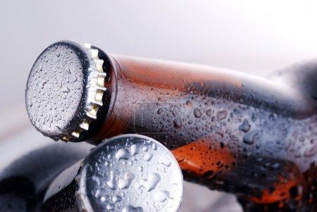 Photo pour Bouteilles brunes de bière glacée - image libre de droit