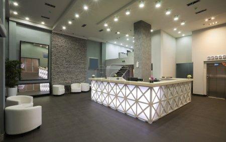 Photo pour Intérieur d'une réception de l'hôtel, style moderne. - image libre de droit