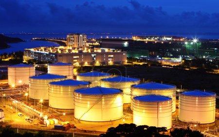 Photo pour Réservoir de carburant la nuit - image libre de droit
