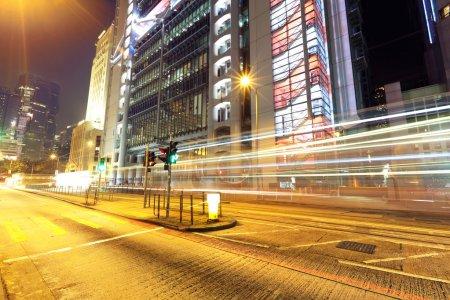 Photo pour Circulation nocturne dans la ville - image libre de droit