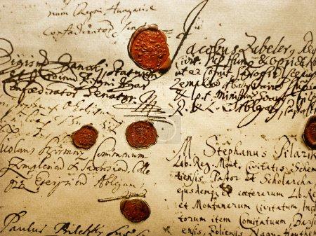 Foto de Fragmento de la antigua Real (A.D.1707) manuscrito con sellos de cera roja - Imagen libre de derechos