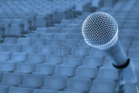 Photo pour Avant une conférence / concert (Microphone devant des chaises vides ) - image libre de droit