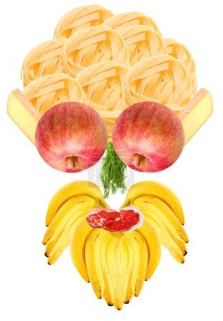 Photo pour Tête de drôles d'aliments constitués d'éléments naturels pour la plupart des fruits et des légumes - ses cheveux fait de pâtes italiennes, son visage fait d'ingrédients tels que les fromages français, vert - image libre de droit