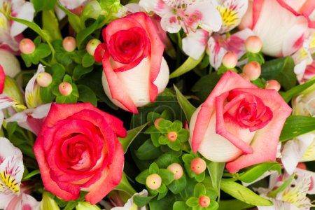 Foto de Hermoso arreglo de flores hecho por 3 rosas grandes - Imagen libre de derechos