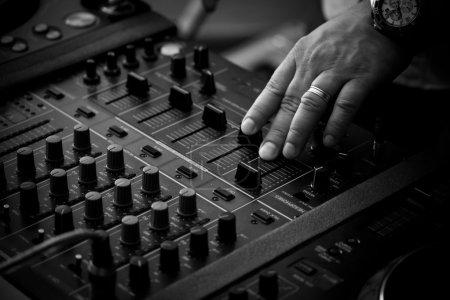 Photo pour DJ jouant de la musique sur le contrôleur de mixage professionnel - image libre de droit