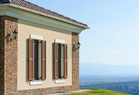 Photo pour Grandes fenêtres de style moderne extérieur maison de Pentecôte - image libre de droit
