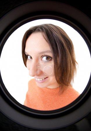 Photo pour Femme regardant à travers le Judas - image libre de droit