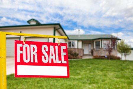 Photo pour Immobilier signer devant une maison pour la mise au point de vente sur le signe - image libre de droit