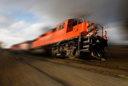 Photo pour Un train de marchandises en fuite avec des roues du sol (flou de mouvement ajouté ) - image libre de droit