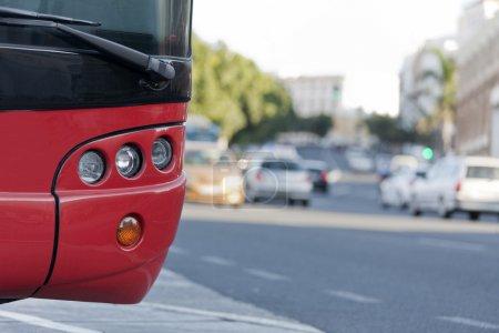 Photo pour Un bus stationné, en voiture - image libre de droit