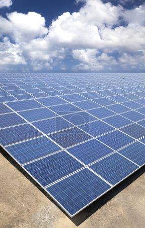 Foto de Paneles solares con fondo de cielo de nube - Imagen libre de derechos