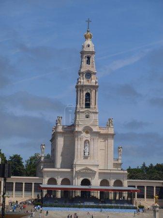 Photo pour Basilique Notre-Dame du Rosaire de Fatima au Portugal et sur son grand ciel bleu - image libre de droit