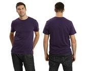 Muž na sobě prázdné fialové tričko