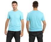 Muž na sobě prázdné světle modré tričko