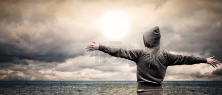 Photo pour Ouvrez l'océan avec une fille, levant son bras - image libre de droit