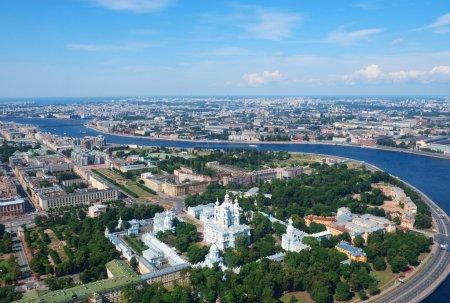 Photo pour Vue sur le couvent Smolny et la rivière Neva à Saint-Pétersbourg, Russie - image libre de droit