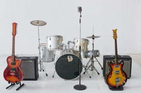 Photo pour Groupe d'instruments de musique sur sol blanc - image libre de droit