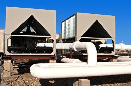 Photo pour Appareils de climatisation sur le toit - image libre de droit