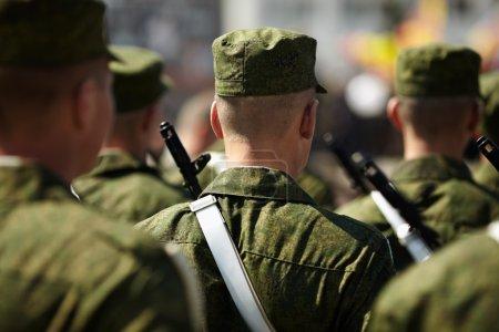 Photo pour Soldats s'alignent sur la parade, mise au point sélective - image libre de droit