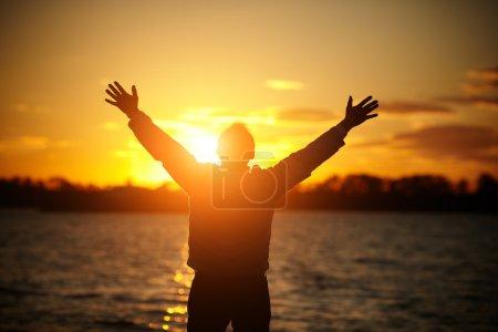 Photo pour Homme au coucher du soleil, chaudes couleurs naturelles, mise au point sélective sur la tête - image libre de droit