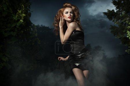 Photo pour Belle femme posant sur fond de soirée - image libre de droit