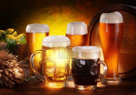 Photo pour Nature morte avec un tonneau de bière et bière pression au verre. - image libre de droit