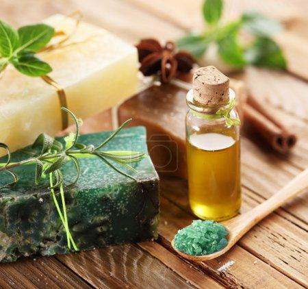 Photo pour Morceaux de savon naturel de sel, herbes et huile. - image libre de droit