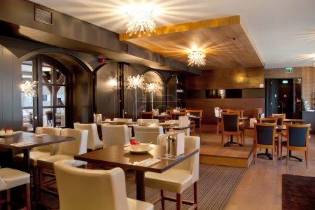 Photo pour Intérieur du restaurant moderne dans un style classique - image libre de droit