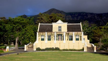 Photo pour Tokai manor house, siège du parc national de table mountain et un bel exemple de l'architecture néerlandaise du Cap, remonte à 1796. - image libre de droit
