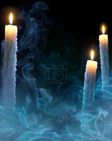 Foto de Fondo místico con velas para una fiesta de halloween - Imagen libre de derechos