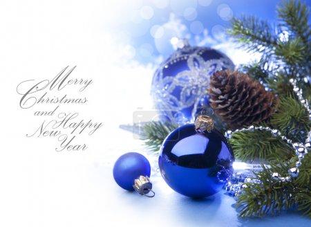 Foto de Arte tarjeta de felicitación de Navidad con el árbol de Navidad y bolas de Navidad sobre fondo azul - Imagen libre de derechos