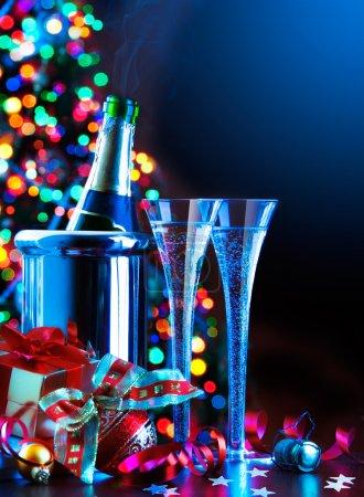 Foto de Copas de champagne, árbol de Navidad y regalos, fiesta de año nuevo - Imagen libre de derechos