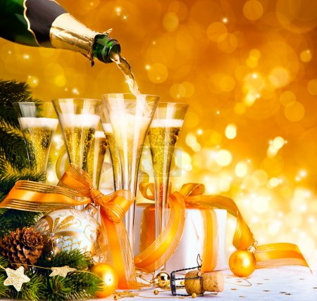 Foto de Christmas greeting card ( glasses of champagne, Christmas tree and gifts, New Year party ) - Imagen libre de derechos