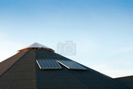 Foto de Panel de energía solar en el edificio de la granja cubierta de alquitrán superior - Imagen libre de derechos