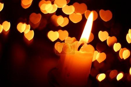 Photo pour Lumière de bougie et les cœurs en arrière-plan - image libre de droit