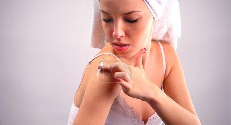 Photo pour Application de lotion hydratante sur son corps de femme - image libre de droit