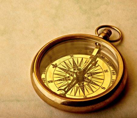 Photo pour Antique boussole dorée sur vieux papier, plan studio . - image libre de droit