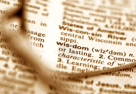 Photo pour Le mot sagesse à travers une paire de lunettes - image libre de droit