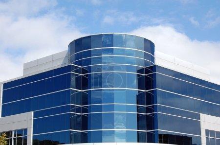 Photo pour Immeuble moderne aux reflets de ciel - image libre de droit