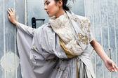 Moderní módní žena nad šedá