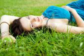 Hezká brunetka žena na sobě elegantní šaty relaxační venkovní v