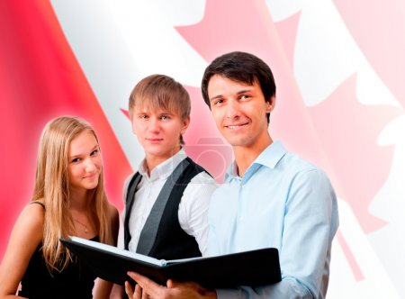 Photo pour Groupe de jeunes élèves debout avec leur professeur contre le drapeau canadien. Espace de copie - image libre de droit