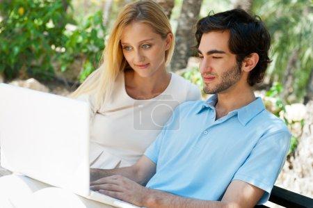 junges paar am laptop arbeiten und