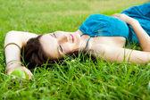 Hezká brunetka dívka, která nosí elegantní šaty relaxační venkovní v g