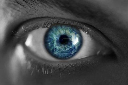 Photo pour Mans yeux bleus de près - image libre de droit